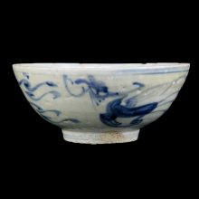 A Ming blue and white bowl, with dragon and phoenix motif