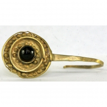 An elegant Roman gold earring with garnet inlay